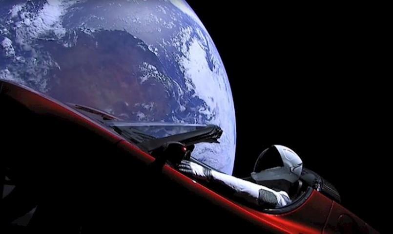 PRIZOR KOJI ĆE ZAUVIJEK OSTATI UPISAN U POVIJESTI ČOVJEČANSTVA: Starman kruži oko Zemlje u Tesli, a u pozadini svira David Bowie