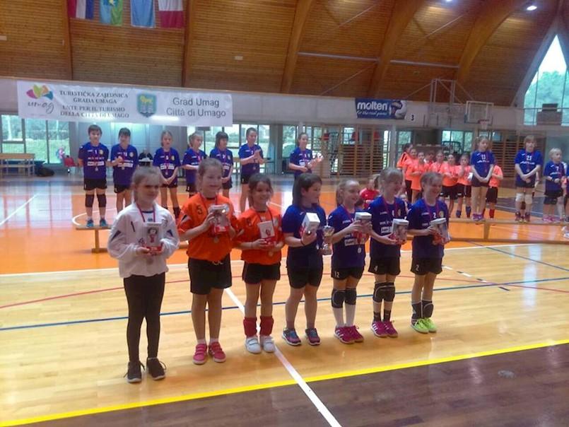 Odličan nastup mladih labinskih rukometašica na 23. Otvorenom prvenstvu Istre u mini rukometu u Umagu