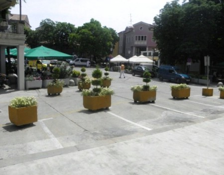 Ispred zgrade Grada Labina vaze sa cvijećem zamijenile automobile