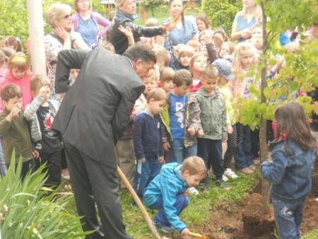 Gradonačelnik i djeca u centralnom vrtiću zasadili drvo
