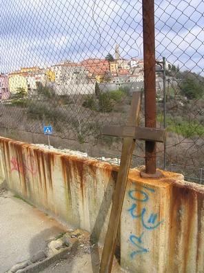 Provokacija, performans ili neslana šala: križ s groblja postavljen na ogradu igrališta
