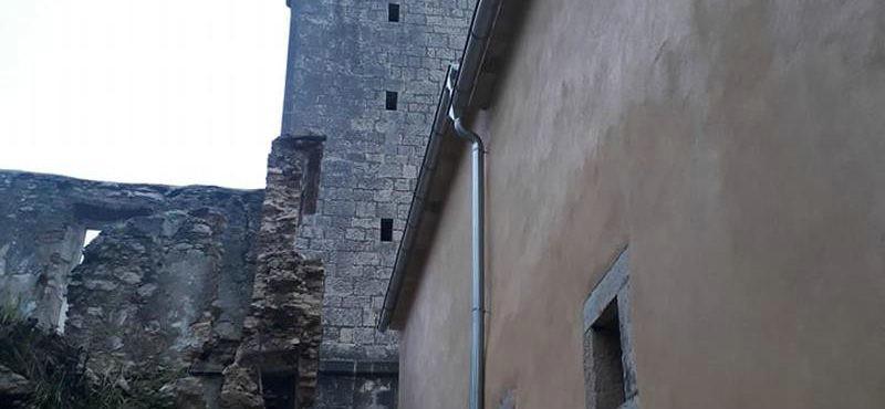 Olujni udar juga prošle noći srušio je i dio zida kod zvonika u Pićnu