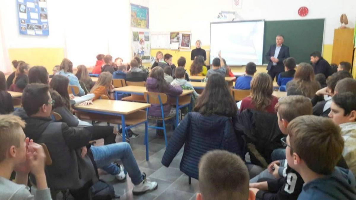 """U OŠ """"Ivo Lola Ribar"""" Labin održana tribina za sedmaše povodom Mjeseca borbe protiv ovisnosti"""