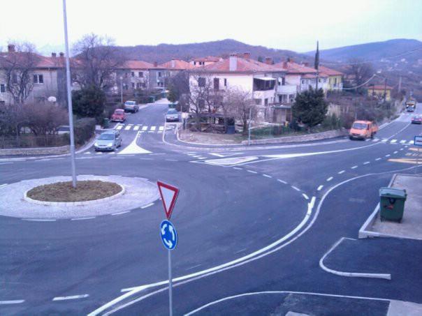 Na kružnom toku za Rabac postavljeni znakovi i promet teče nesmetano