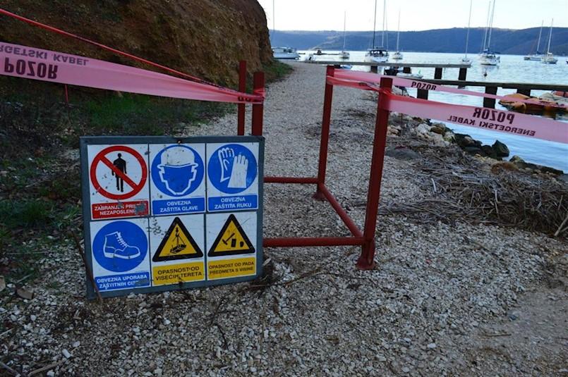 Bespravna gradnja obustavljena, ali prolaz uz more i dalje ograđen
