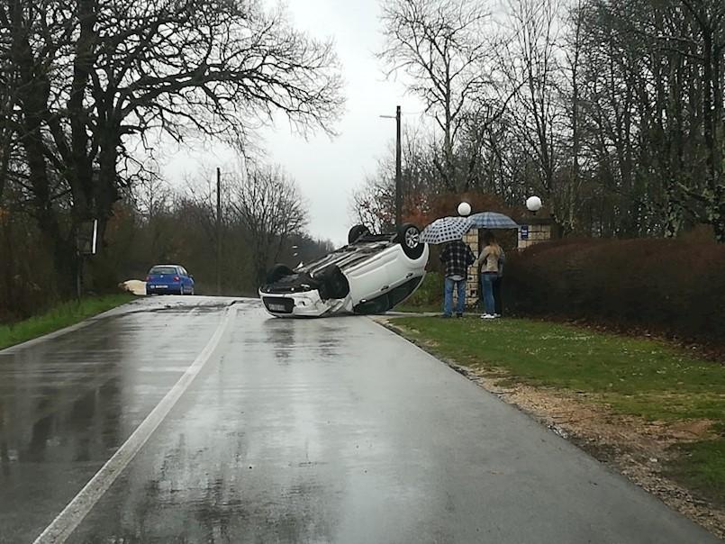 Prevrnulo se vozilo u mjestu Jakačići kod Pićna - nema ozlijeđenih