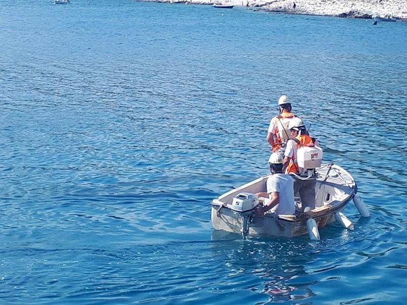 Tijekom istovara broda s petrol koksom za Holcimovu tvornicu cementa, onečišćeno more u Koromačnu