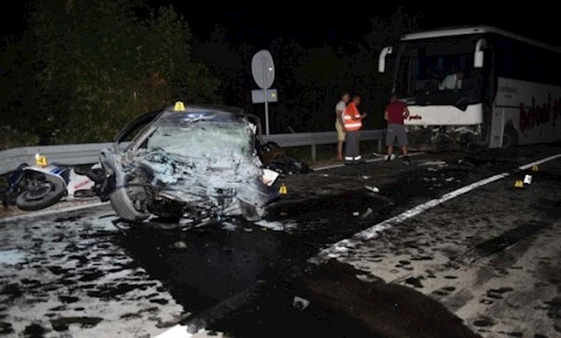 U jezivom srazu osobnog automobila i autobusa kod skretanja za Brestovu poginule dvije osobe