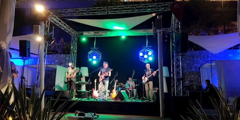 Rabac se sinoć ponovno zabavljao uz ritmove britanskog rocka