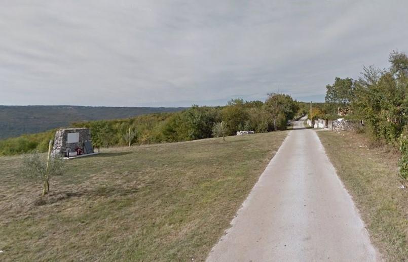 Općina Raša: Javni poziv nositeljima prava na nekretninama koje neposredno graniče sa zemljištem na kojem je izvedena nerazvrstana cesta