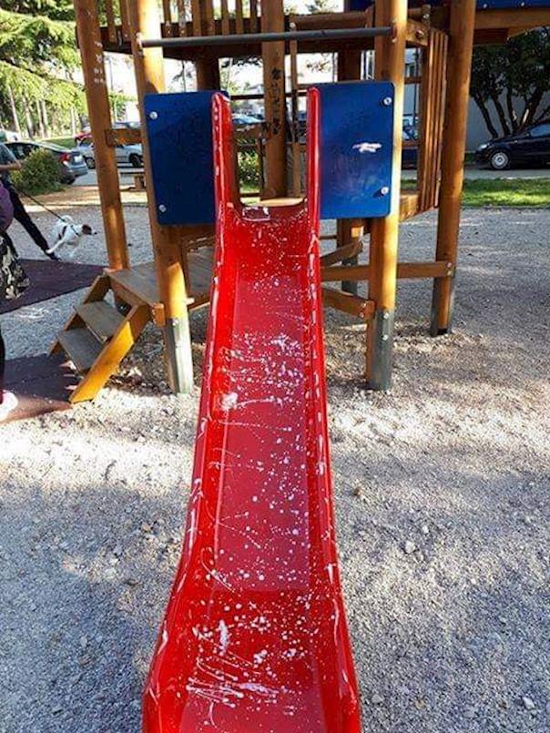 Novoobnovljeno dječje igralište Zelenice znatno oštećeno
