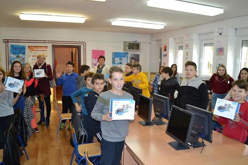 """Grad Labin svim """"petašima"""" poklanja micro:bit računalo, školama donira robote"""