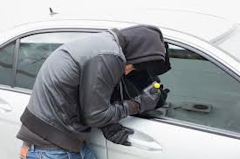 Labin / Kature: iz otključanog automobila ukraden građevinski alat