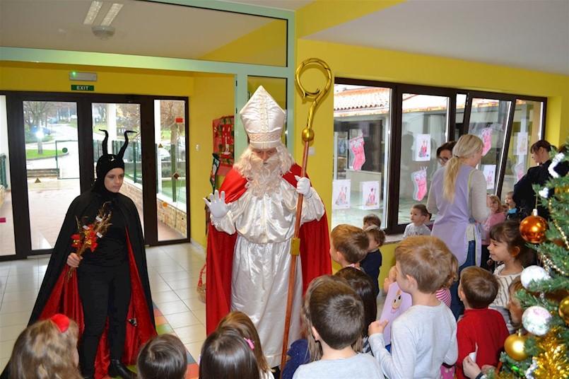 Sveti Nikola posjetio labinske vrtiće i škole (fotogalerija)