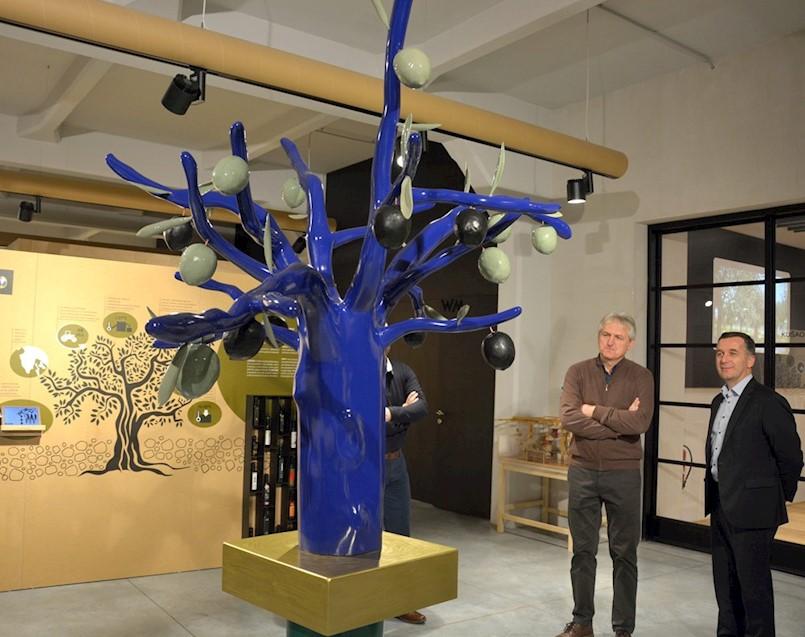 U postavu Kuće istarskog maslinovog ulja u Puli inaugurirana skulptura: Suvremeno umjetničko djelo stabla masline Josipa Diminića