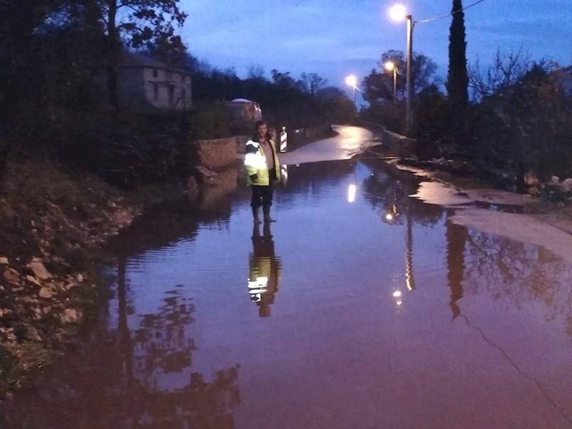 Nakon sanacije kolnika i izgradnje magistralnog vodovoda: LOKVA VODE ISPRED KUĆE SILVANA NAČINOVIĆA