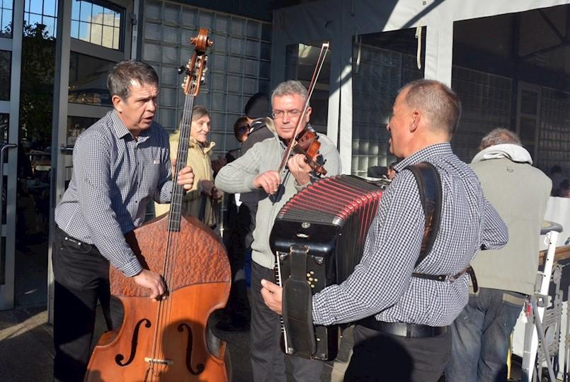 Ususret novoj godini: Pulsko - raški trio Mistral svirao na pulskoj tržnici