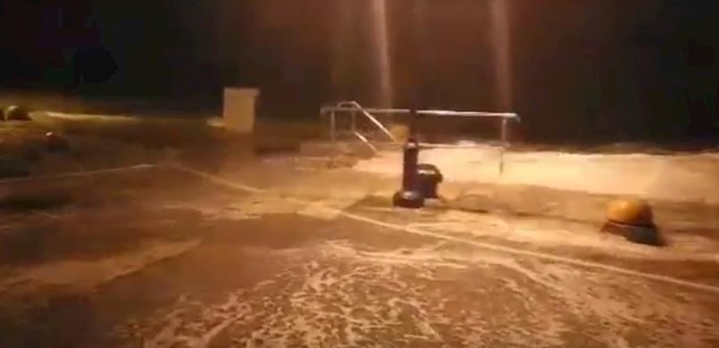 [VIDEO] Istočna obala Istre bori se s plimom, valovima i olujnim jugom s udarima do 123 km/h (Fortica, Labin) | Izvanredno stanje u Raši uz vodostaj 606 cm!