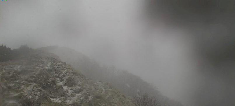 Na Učki počeo snijeg, u Labinu udari bure do 104 km/h