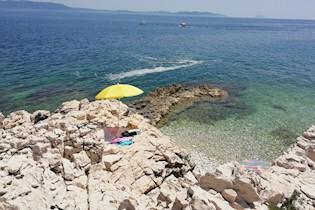 Pjenaste mrlje na rabačkim plažama zabrinule kupače, a Zavod za javno zdravstvo tvrdi: RIJEČ JE O CVJETANJU MORA