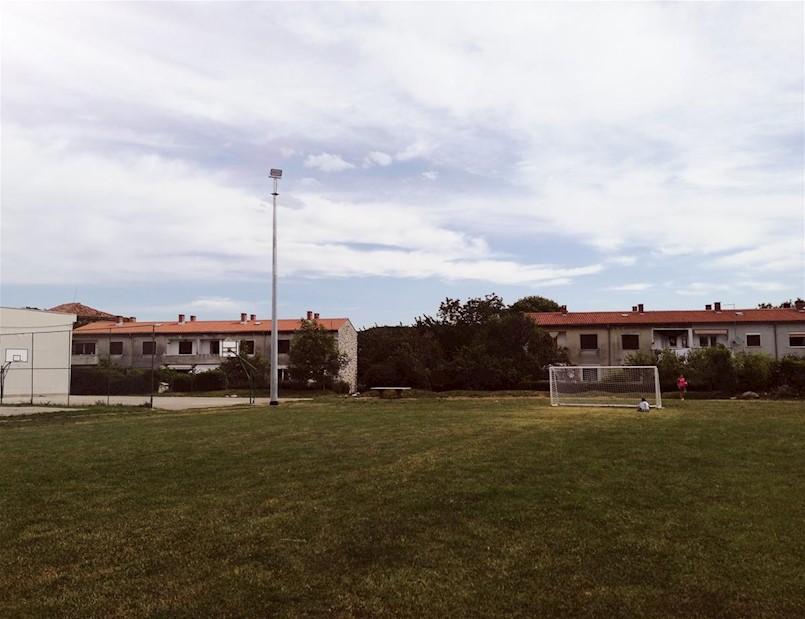 Travnati teren kraj škole Matija Vlačić dobio reflektore