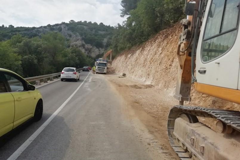 Radovi na cesti Rabac - Labin gotovi do 2. kolovoza: PRAŠINA I KOLONE U JEKU TURISTIČKE SEZONE