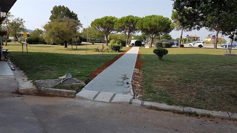 Uređena pješačka staza u Ulici Prilaz Kršin
