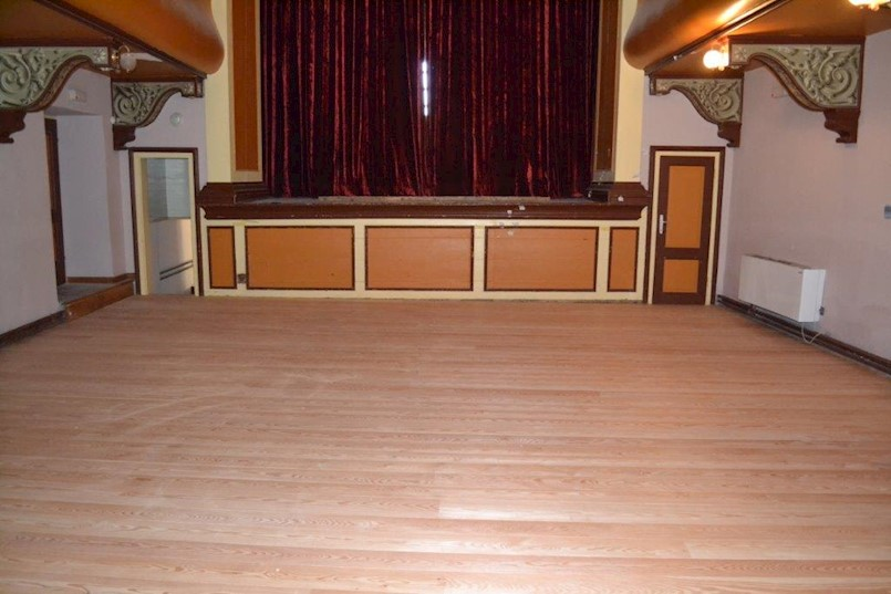 Postavlja se pod gledališta Malog kazališta