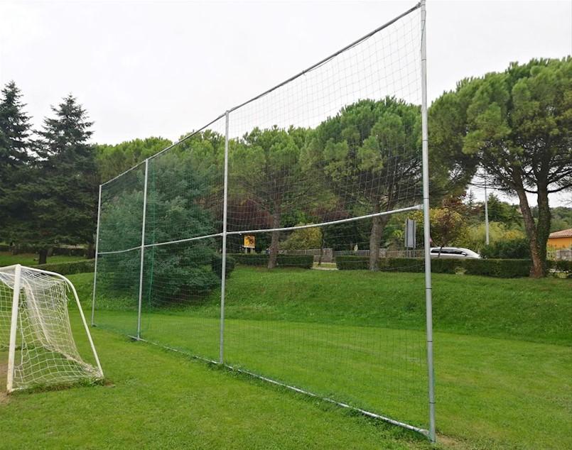 Postavljene zaštitne mreže na igralištu kraj škole Matija Vlačić