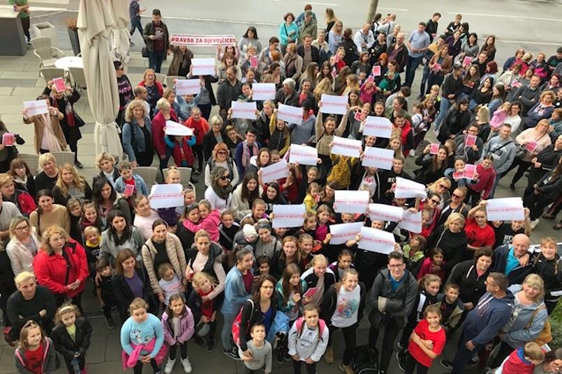 Ispred SC Franko Mileta održan prosvjed PRAVDA ZA DJEVOJČICE: Tražimo premještanje sudskog procesa iz Zadra!