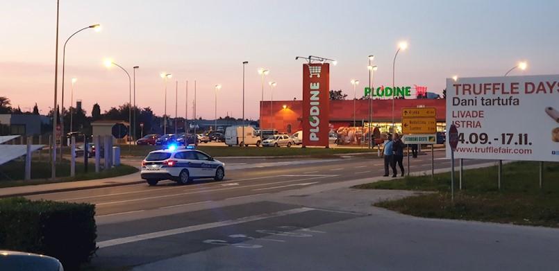SUDAR DVA VOZILA Na cesti Labin - Štrmac ozlijeđene dvije osobe. Prevezene su na KBC Sušak