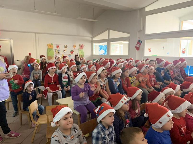 Djed Božićnjak donio poklone najmlađima - Galerija fotografija