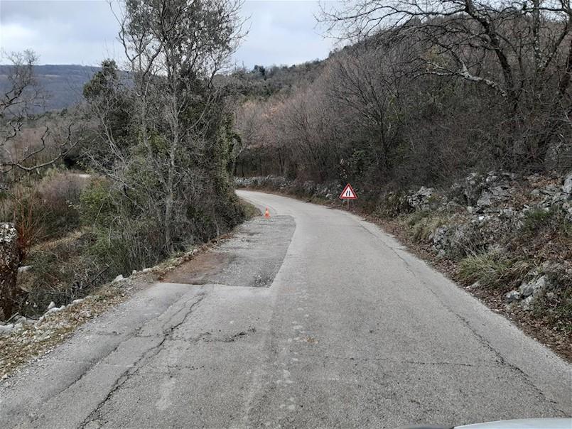Sanira se oštećeni kolnik na nerazvrstanoj cesti Rabac-Ripenda
