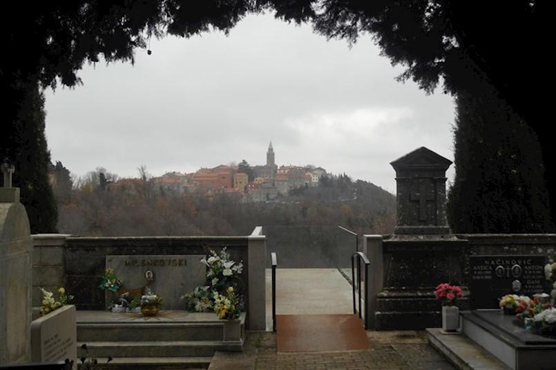 Netko je prije šest mjeseci na spomeniku palim borcima na labinskom groblju iscrtao nacističke simbole i natpise. SADA SE ZNA I TKO JE TO UČINIO!