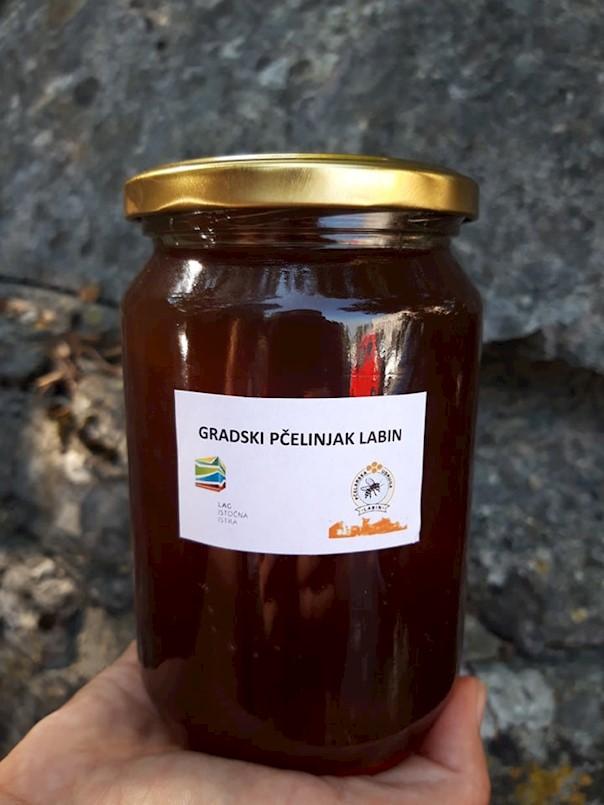 Prvi med iz Edukativnog gradskog pčelinjaka Labin podijelit će se potrebitim obiteljima Labinštine