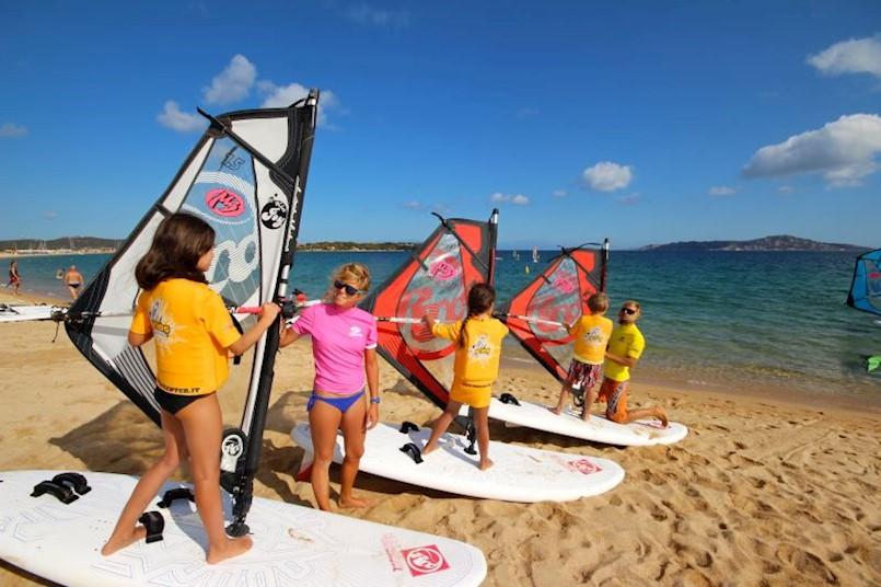 """Jedriličarski klub """"Kvarner"""" iz Rapca po prvi put ove godine organizira tečaj jedrenja na dasci (windsurf) za djecu."""