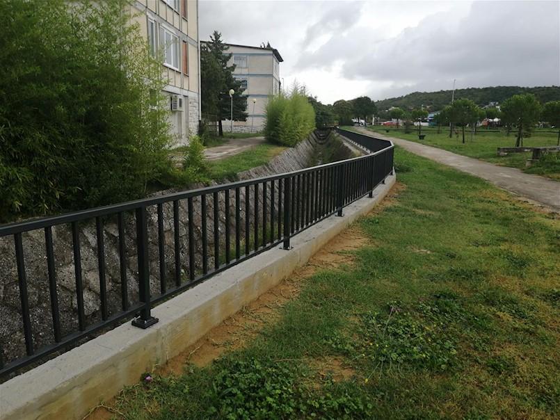 Postavljena ograda iznad kanala oborinske odvodnje