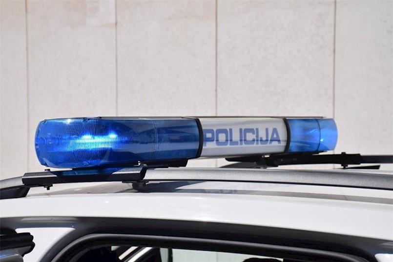 Bježao policiji pod utjecajem alkohola i droge pa zapeo na ogradi