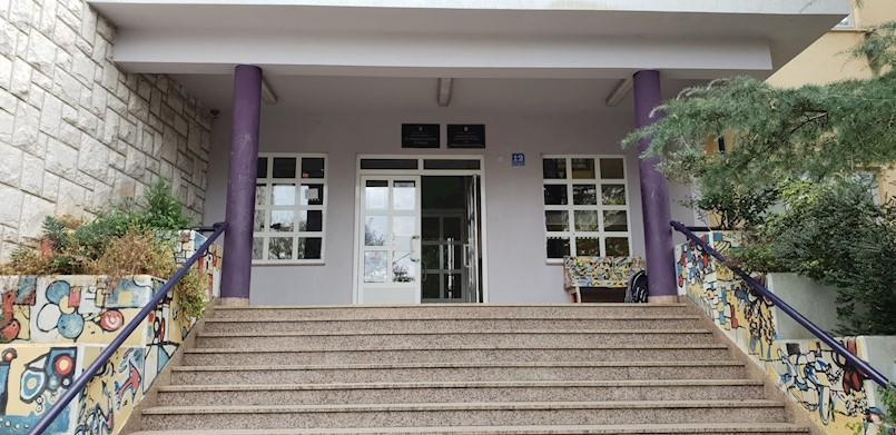 Zbog pojave COVID 19 pozitivne osobe među djelatnicima iši razredi Osnovne škole Vladimira Nazora Potpićan nastavu prate online