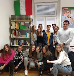 Školski kurikulum Srednje škole Mate Blažine je bogatiji za još dva mini školska projekta: Oslikavanje zida u učionici stranih i klasičnih jezika i Knjižnica u učionici