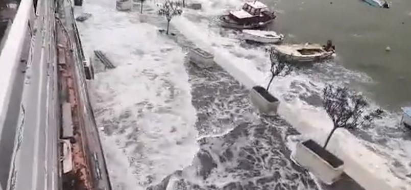 VIDEO Orkansko jugo i divovski valovi preplavili rive u Rapcu, Rovinju i Puli