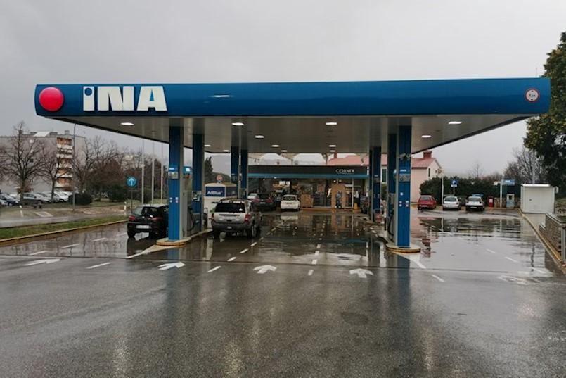 Na pumpi u Labinu uz benzin se točila i voda. Pet automobila završilo je kod mehaničara