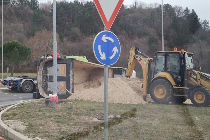 Prometna nesreća kod Labina: NA KRUŽNOM TOKU PREVRNUO SE ŠLEPER