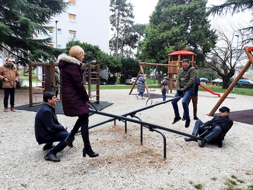 """U Labinu izvedena gerilska umjetnička akcija """"Klackalica"""" autorice Marine Rajšić"""