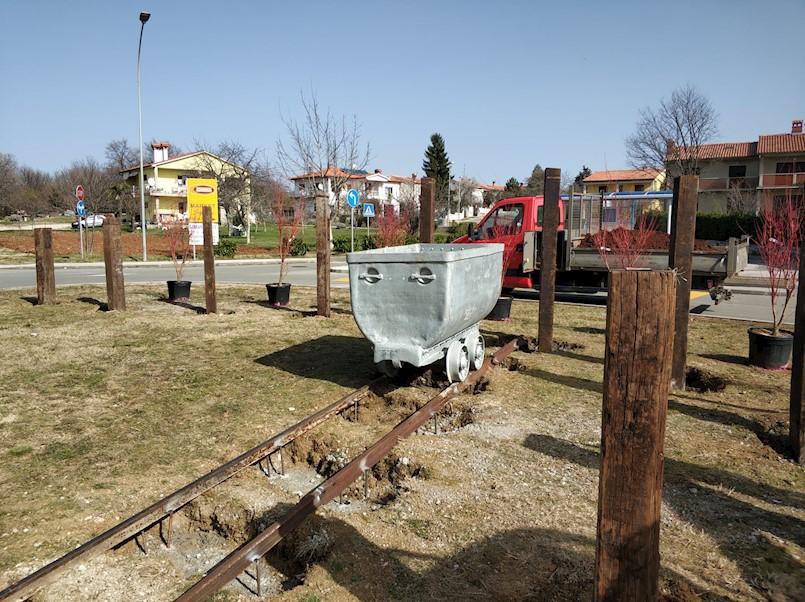 Zelena površina na Štrmcu uređena u duhu rudarstva - postavljen vagonet na originalnim tračnicama i šveljari