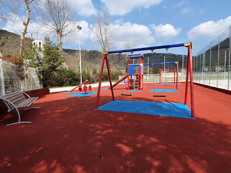 Crveno-plava podloga za veselije dječje igralište