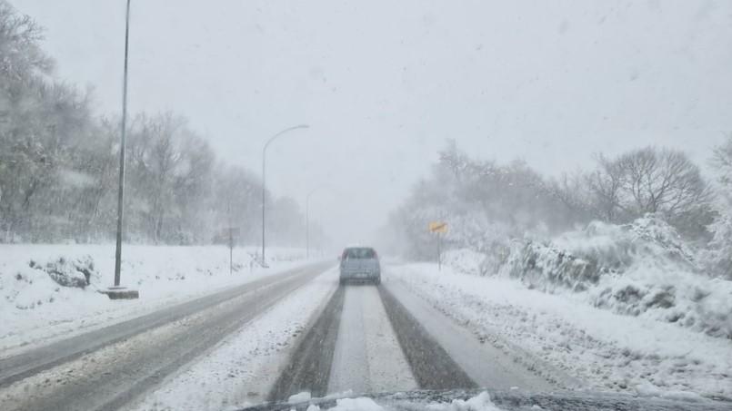 Snijeg ipak nije izazvao probleme u prometu, ali je zbog snježnog nanosa zatvorena cesta u Ripendi