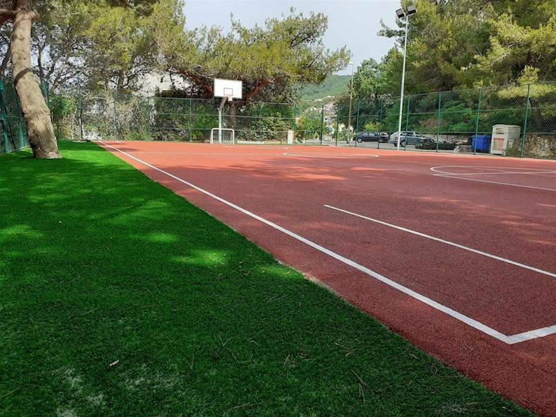 Igralište u Jadranskoj ulici u Rapcu zasjalo u punom sjaju