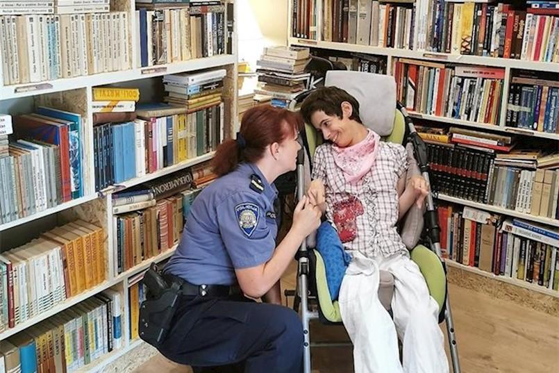 LIJEPA GESTA I VRIJEDNA DONACIJA: Istarski policajci prikupili knjige i darovali ih udruzi ''Krilo Labina''