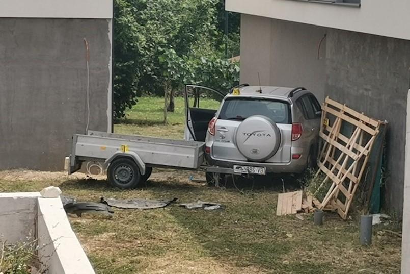 FOTO / TEŠKA NESREĆA KOD LABINA: Automobil izletio s ceste i udario u zid obiteljske kuće. VOZAČ JE POGINUO